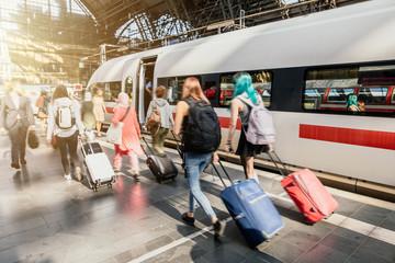 Reise mit Gepäck am Bahnsteig während der Rush Hour