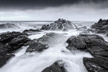 Rocas en blanco y negro