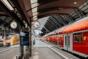 Bahnverkehr im Bahnhof mit Uhranzeige