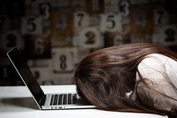 ノートパソコン・悩む女性