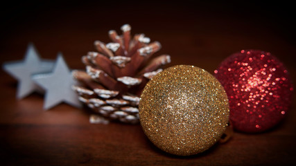 weihnachtliche Dekoration auf einem Tisch