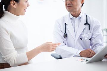 医師が処方する薬について質問をする女性患者