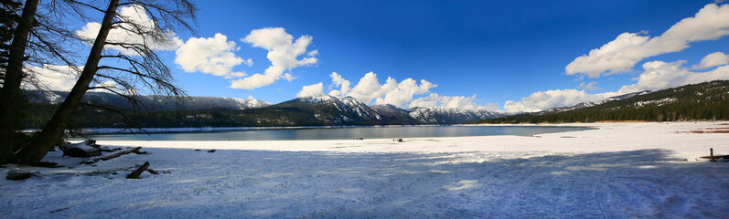 Lake Cle ELum during snow with mountains and snow and snowy beach.