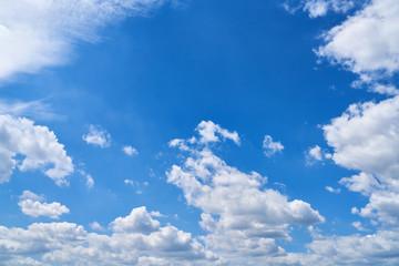 Blauer Himmel mit einigen weißen Wolken