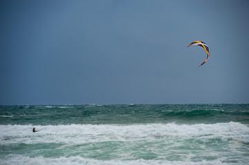 Kitesurfen bei stürmischem Wetter