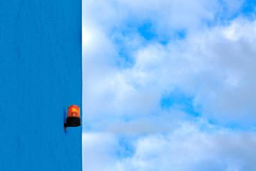 Orange Signalleuchten Signal auf blauer Wand