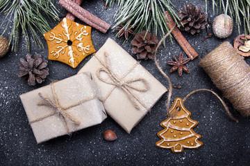 Boże Narodzenie - Świąteczne dekoracje, prezenty i pierniczki na ciemnym tle