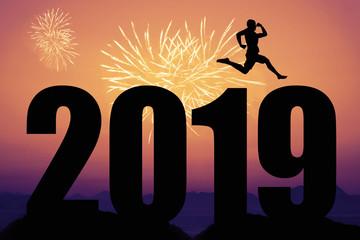 Silvesterfeuerwerk mit Jahr 2019 Silhouette und Läufer