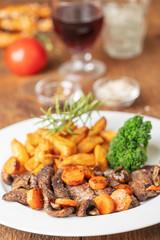 Steakscheiben mit Karotten und Pommes frites
