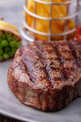 Nahaufnahme von gegrilltem Steak mit Pommes frites