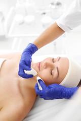 Manualne oczyszczanie skóry twarzy. Oczyszczanie skóry twarzy, kosmetyczka wyciska zaskórniki.