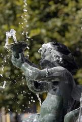 Ville d'Epernay, détail de la fontaine, place Hugues Plomb, ange et jet d'eau, département de la Marne, France