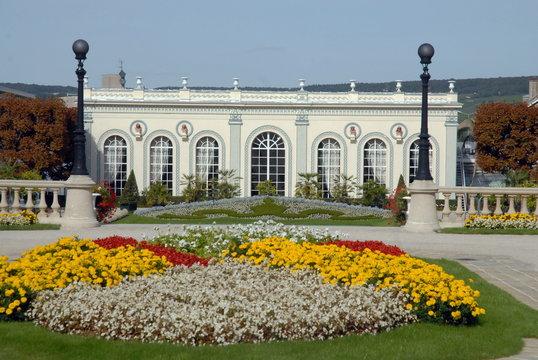 Ville d'Epernay, l'Orangerie Moët et Chandon, avenue de Champagne, massif de fleurs, département de la Marne, France