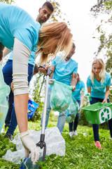 Freiwillige Helfer säubern einen Park von Abfall