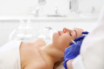 Wampirzy lifting. Ostrzykiwanie osoczem. Zabieg odmładzający. Pacjentka w klinice kosmetycznej, kosmetyczka wykonuje zabieg ostrzykiwania.