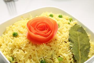 Reis mit Verzierung Rose aus Karotten