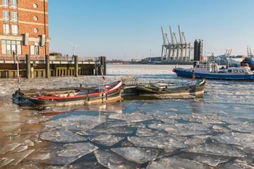 Zwei alte Festmacherboote im Museumshafen Oevelgönne auf Eis