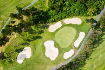 ゴルフコースを挟むように二つの小道がはしっている風景