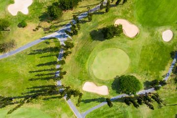 ゴルフコースの周りに道路がある風景