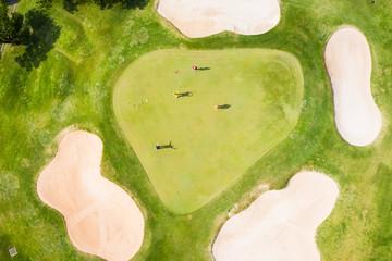ゴルフ場で楽しむ人々の風景