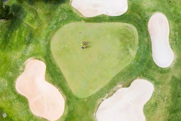 ゴルフ場でゴルフを楽しんでいる人たちが見える風景