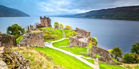 Urquhart Castle with Dark Cloud Sky and Loch Ness in the Background Fototapete