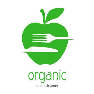 Logotipo con texto organic con cubiertos en espacio negativo en manzana en color verde