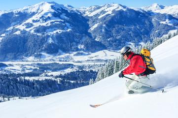 den Tiefschnee beim Telemark-Skifahren in Tirol genießen