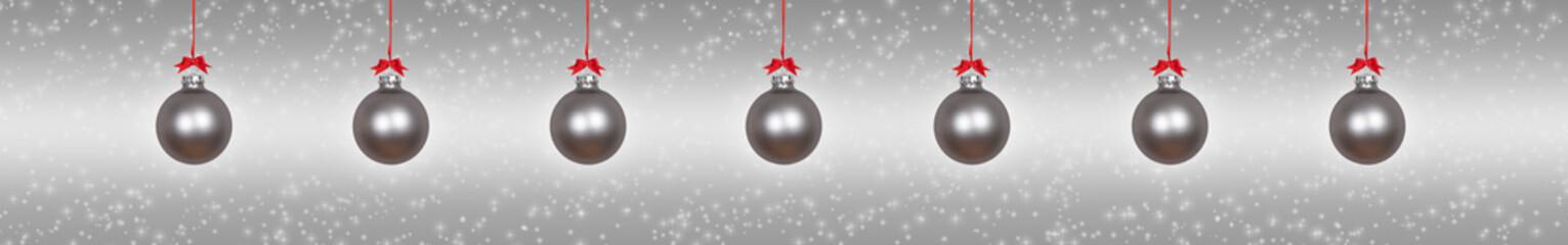 Silberner Hintergrund mit silbernen Weihnachtskugeln
