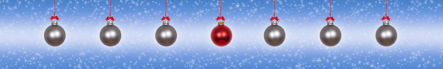 Silberne Weihnachtskugeln mit einer einzelnen roten mittig