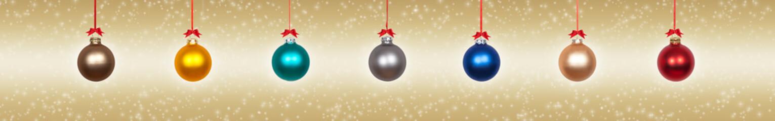 Bunte Weihnachtskugeln vor goldenem Hintergrund