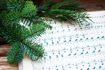 Altes handgeschriebenes Notenblatt mit Tannenzweigen, Weihnachten, xmas, Advent