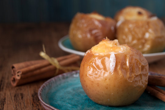 Baked apples with cottage cheese and honey