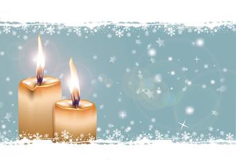 Blauer Himmel mit Schnee und zwei gelben Kerzen, zweiter Advent