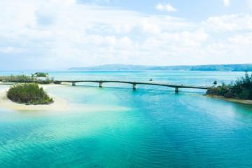 エメラルドグリーンの海にかかる大きな橋