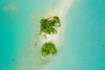 海と小さな島を上から見た風景