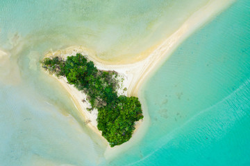 小さな孤島が綺麗な海に浮かんでいる風景