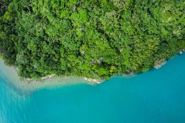 海と陸地の境目の航空写真