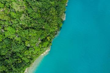 海に面した陸地には広大な自然が広がっている