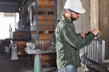 Arbeiter in der Gießerei kontrolliert Gussform