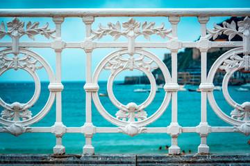 Fototapeta premium Fragment słynnego ogrodzenia na plaży La Concha w San Sebastian lub Donostii