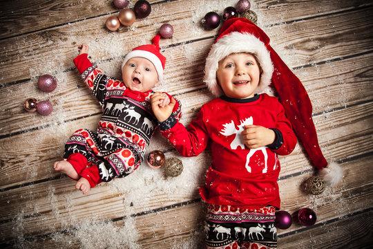 Geschwister im Weihnachtsoutfit