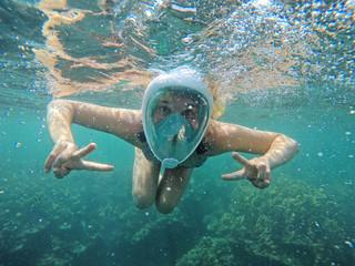 Junge Frau beim Schnorcheln im Meer
