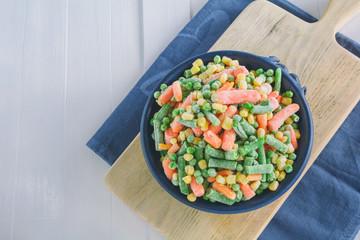 Gefrorenes Gemüse liegt in einer Schale