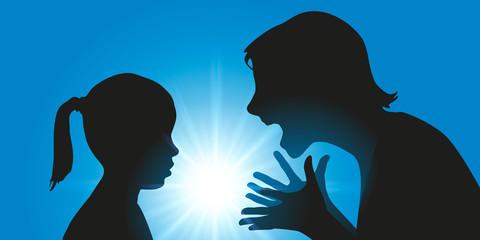 Conflit familiale avec une mère perd son calme et hurle sur sa fille qui a fait une bêtise.