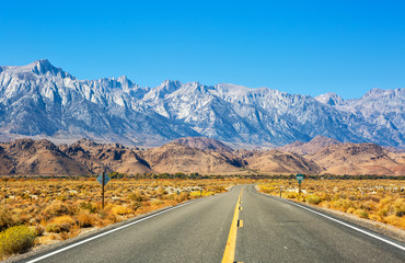 Empty road near Lone Pine with rocks of the Alabama Hills and the Sierra Nevada in the background, Inyo County, California, United States. Fototapete