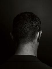 Portrait eines männlichen Kopfes von hinten in schwarz und weiss