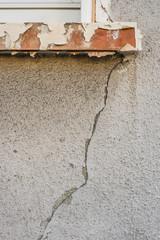 Baumangel Spannungsriss unter einem Fenster - Lack of building tension crack under a window