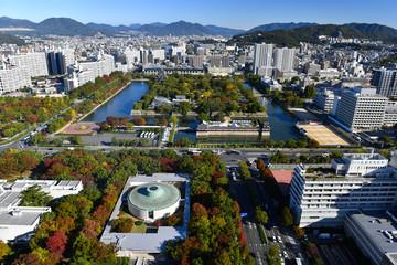 上空から見た広島城と街並み