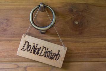 Do Not Disturb Schild aus Holz Detail